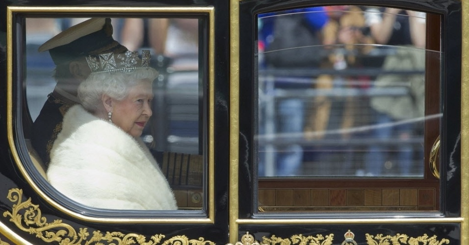 27.mai.2015 - Rainha Elizabeth 2ª chega com o príncipe Philip, duque de Edimburgo, ao Palácio de Westminster, no centro de Londres, para o discurso de abertura anual do Parlamento. A rainha anunciou que o novo governo britânico irá realizar um referendo sobre a participação do Reino Unido com a União Europeia