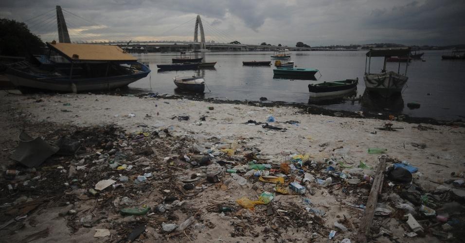 29.mai.2015 - Os pescadores que têm como base os arredores do Complexo da Maré, na zona norte do Rio de Janeiro, reclamam da poluição e do assoreamento da baía da Guanabara, que só torna possível sair de barco com a maré cheia