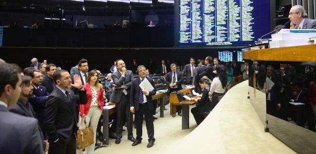 Eduardo Cunha (PMDB-RJ), à direita, comanda sessão de votação da PEC 182/2007 sobre a reforma política - Gustavo Lima/Câmara dos Deputados