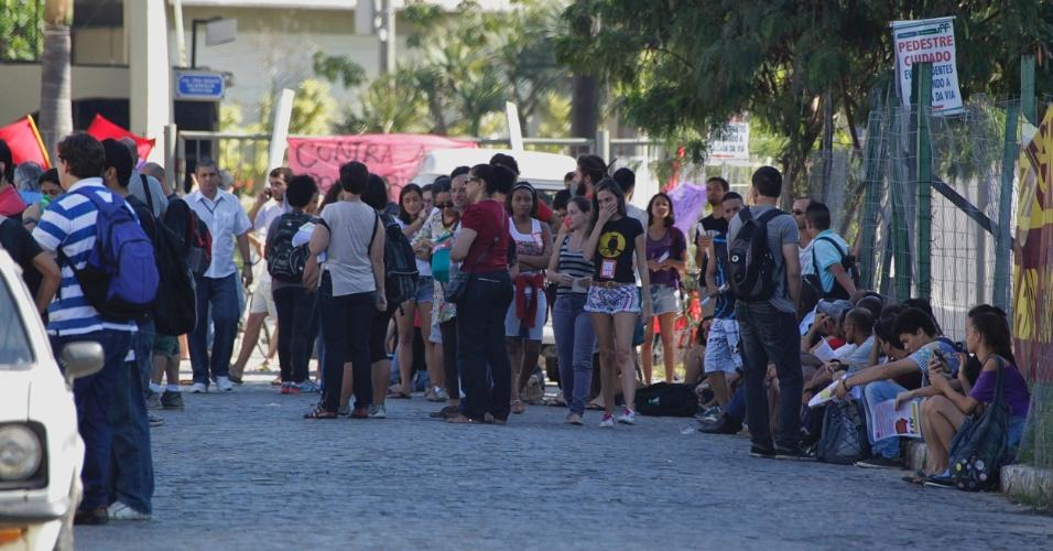 28.mai.2015 - Alunos da UFF (Universidade Federal Fluminense) protestam em frente ao campus Gragoata, em Niterói, por melhorias na universidade e o pagamento dos salários atrasados dos funcionários