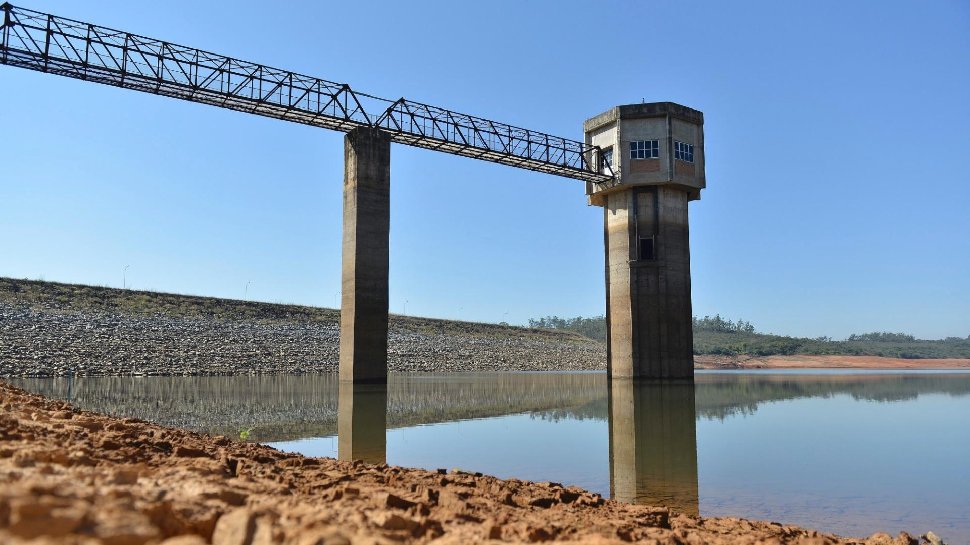 28.mai.2015 - Falta de chuvas reduziu o nível do reservatório Serra Azul, responsável pelo abastecimento de Belo Horizonte e dos municípios da região metropolitana, em Minas Gerais. A imagem foi feita nesta quinta-feira (28)