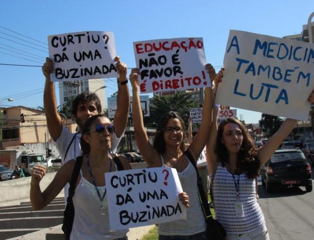 28.mai.2015 - Grupo de estudantes de medicina da UFF (Universidade Federal Fluminense) protesta em frente ao Hospital Universitário Antônio Pedro, no centro de Niterói (RJ), na manhã desta quinta