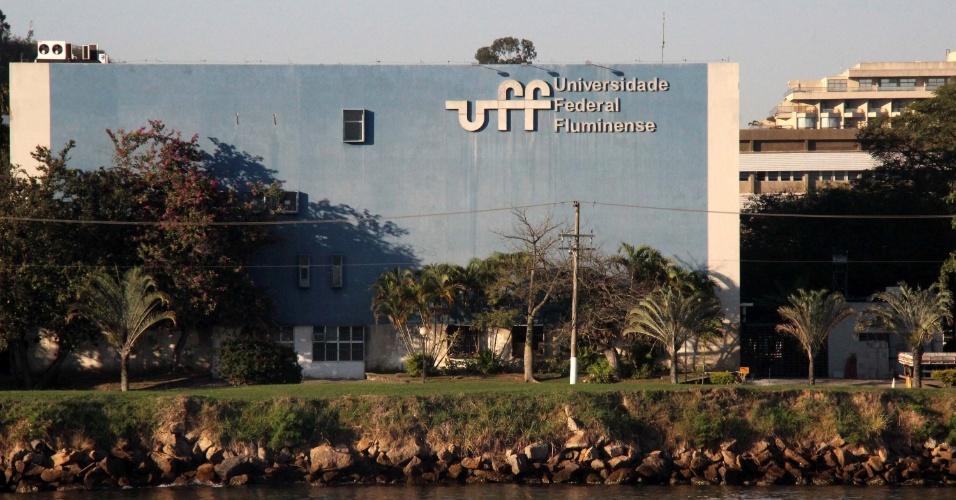 28.mai.2015 - Na UFF (Universidade Federal Fluminense), docentes, estudantes e servidores técnico-administrativos entram em greve por tempo indeterminado. Eles pedem reajuste de 27,3% e a defesa da fixação da data-base em maio. Desde o meio-dia de quarta-feira (27), estudantes da UFF ocupam a reitoria da instituição, em Icaraí, também em Niterói