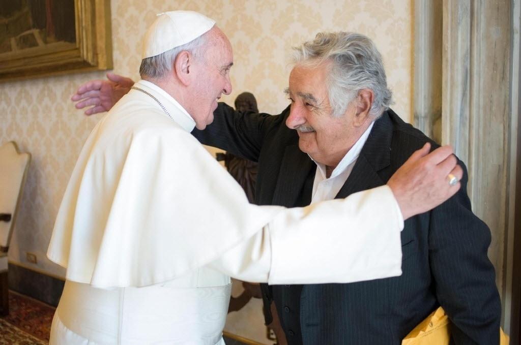 28.mai.2015 - O ex-presidente e atual senador do Uruguai, José Mujica, foi recebido nesta quinta-feira (28) pelo Papa Francisco, em um encontro de caráter estritamente privado no Vaticano. O papa também recebeu neste dia a presidente da Croácia