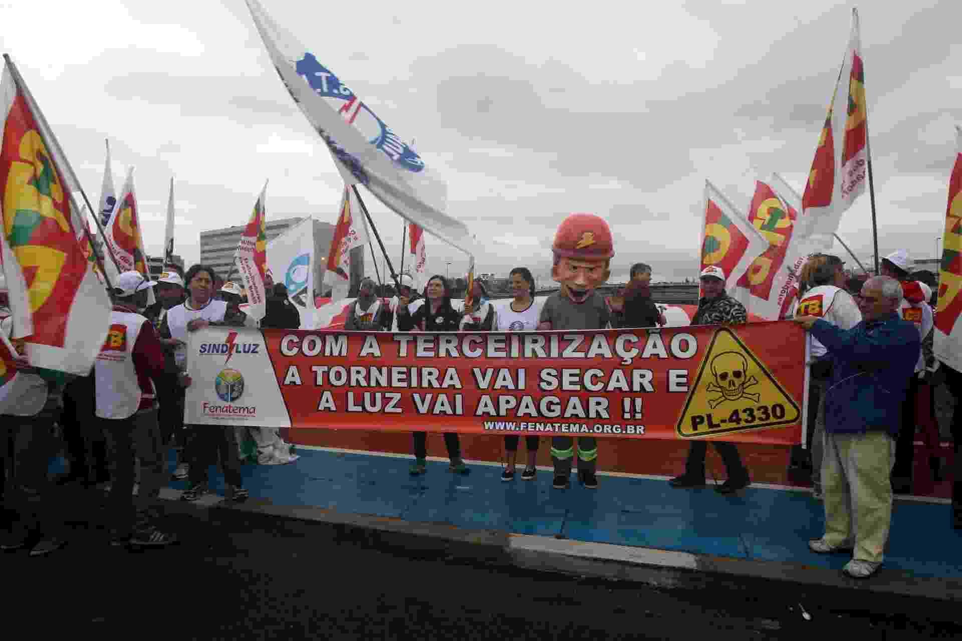 29.mai.2015 - Manifestantes seguem pela ponte das Bandeiras, em São Paulo, na manhã desta sexta-feira (29), em direção ao viaduto do Chá, na região central, em protesto contra o projeto de lei PL4330, que regulamenta a terceirização - Felipe Rau/Estadão Conteúdo