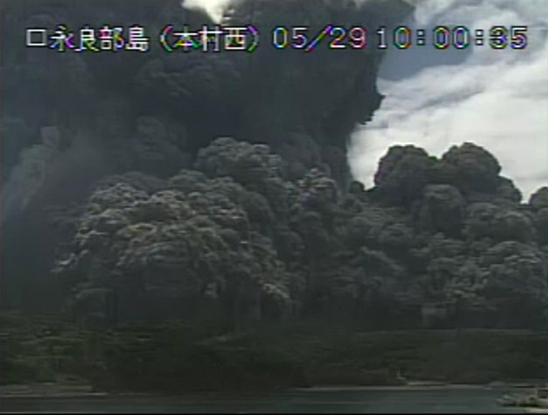 29.mai.2015 - Em frame de vídeo da Agência Meteorológica do Japão, o Monte Shindake, na ilha japonesa de Kuchinoerabu, sudoeste do país, entra em erupção. O fenômeno, que levou o governo a declarar alerta máximo, forçou dezenas de famílias a deixarem suas casas e lançou uma coluna de cinzas na atmosfera