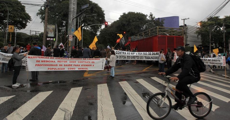 29.mai.2015 - Alunos e funcionários da USP paralisam a rua Alvarenga, em frente ao Portão 1 da Cidade Universitária, zona Oeste de São Paulo (SP). Eles participam do Dia Nacional de Manifestações e Paralisações organizado pelas centrais sindicais contra a terceirização