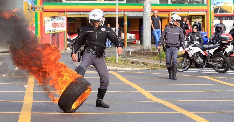 29.mai.2015 - Funcionários e estudantes da USP entram em confronto com a polícia quando tentaram bloquear a Rodovia Raposo Tavares na manhã desta sexta-feira (29)