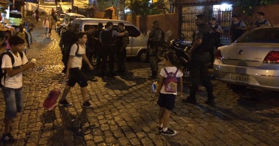 29.mai.2015 - O policiamento na favela Santa Marta foi reforçado nesta sexta-feira (29), um dia depois de o primeiro tiroteio ser registrado na comunidade deste a instalação de uma UPP (Unidade de Polícia Pacificadora) no local
