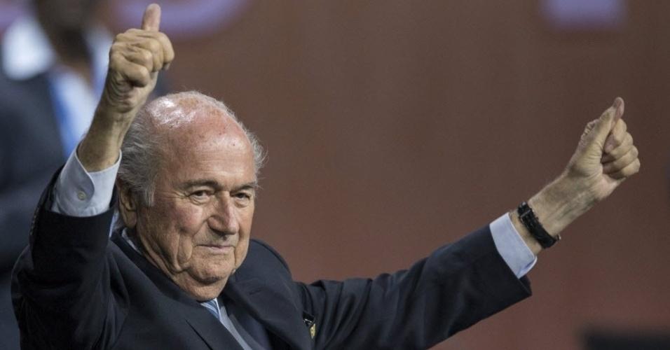 29.mai.2015 - O presidente da FIFA, Joseph Blatter, comemora sua reeleição nesta sexta-feira (29). A quinta vitória de Blatter ocorreu apesar dos pedidos para que ele deixasse o cargo em meio a um grande escândalo de corrupção que está sendo investigado por Estados Unidos, Suíça e outras autoridades que mergulharam a entidade que controla o futebol mundial na pior crise de seus 111 anos de história