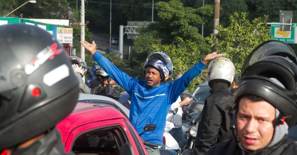 29.mai.2015 - Por causa de manifestação contra terceirização, rodovia Raposo Tavares ficou interditada