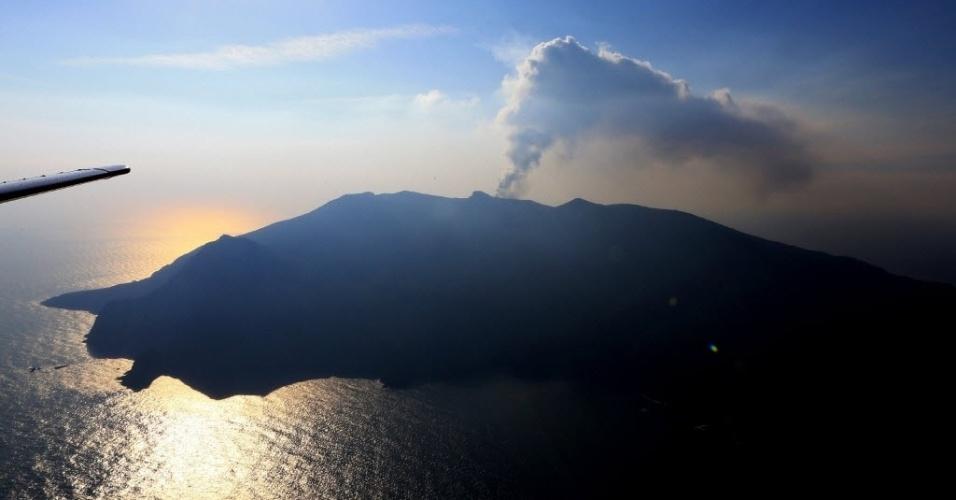 29.mai.2015 - Vista aérea mostra a fumaça do vulcão Shindake em erupção na ilha Kyushu, localizada no sudoeste do Japão. A emissão de uma grande quantidade de fumaça forçou a evacuação da ilha
