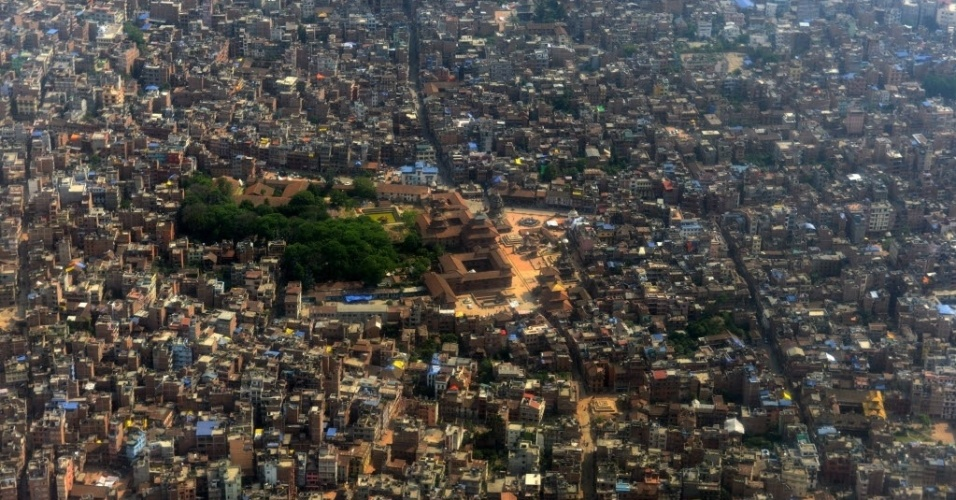 29.mai.2015 - Vista geral da praça Patan Durbar, perto de Katmandu, no Nepal. Mais de 8.600 pessoas morreram nos dois terremotos que atingiram Nepal em 25 de abril e 12 de maio, destruindo quase meio milhão de casas e deixando milhares de pessoas sem comida e água