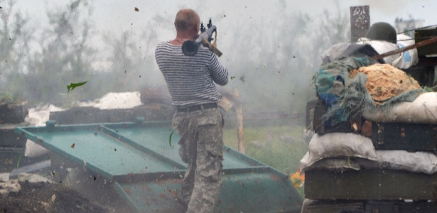 30.05.2015 - Ucraniano dispara um lançador de granadas na linha da frente do combate contra os separatistas pró-russos perto de Donetsk, no leste da Ucrânia