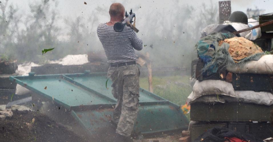 30.05.2015 - Ucraniano dispara um lançador de granadas na linha da frente do combate contra os separatistas pró-russos perto de Donetsk neste sábado (30), no leste da Ucrânia. O presidente ucraniano, Petro Poroshenko, nomeou como governador da região estratégica de Odessa o ex-líder georgiano Mikheil Saakashvili, pró-Ocidente, que já travou uma guerra com a Rússia