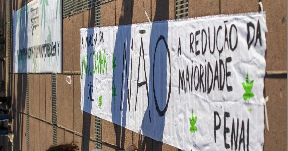 30.mai.2015 - Ativista se manifesta contra a redução da maioridade penal durante Marcha da Maconha em Belo Horizonte (MG), neste sábado (30)