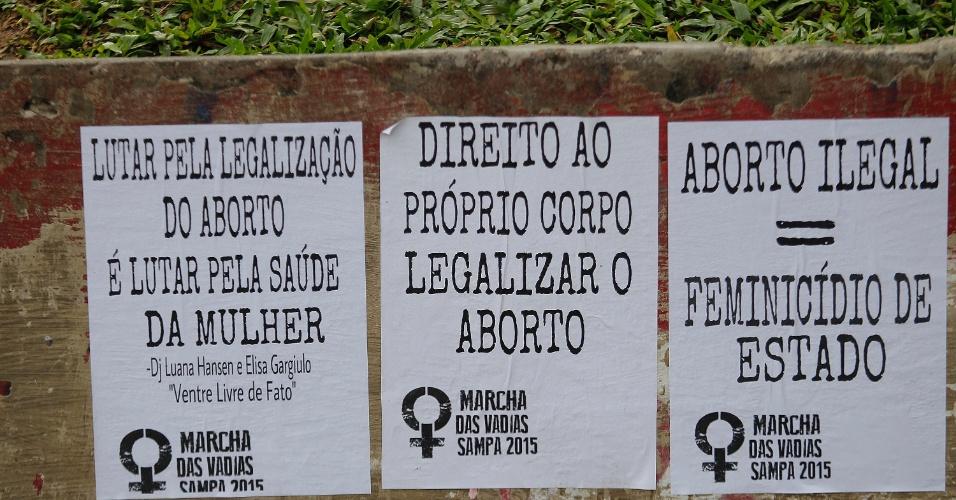 30.mai.2015 - Cartazes são colados em muro durante passeata pela região da avenida Paulista, em São Paulo, pela Marcha das Vadias 2015, a quinta edição na cidade. Elas pedem a legalização do aborto no país e denunciam a prática do aborto ilegal e o feminicídio