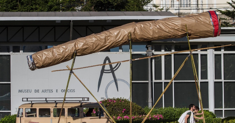 30.mai.2015 - Manifestantes carregam objeto que alude a cigarro de maconha gigante durante a Marcha da Maconha realizada na Praça da Estação em Belo Horizonte (MG)