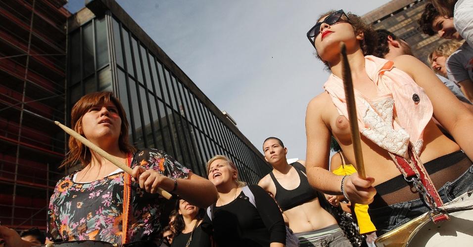 30.mai.2015 - Manifestantes pelos direitos das mulheres saem em passeata em São Paulo, pela Marcha das Vadias 2015. Esta é a quinta edição do evento na cidade. Elas pedem a legalização do aborto no país e denunciam a prática do aborto ilegal e o feminicídio