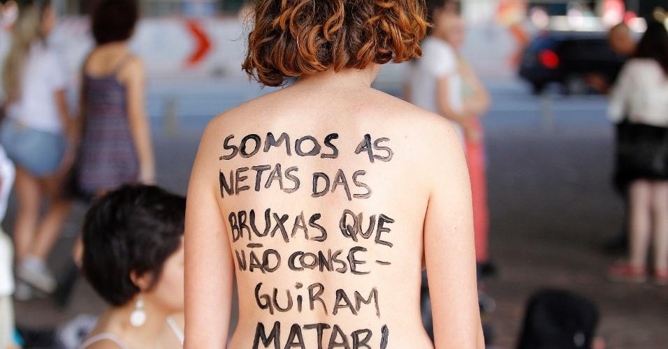Manifestantes pelos direitos das mulheres se reúnem no vão livre do Masp, em São Paulo, pela Marcha das Vadias 2015, a quinta edição na cidade. Elas pedem a legalização do aborto no país e denunciam a prática do aborto ilegal e o feminicídio