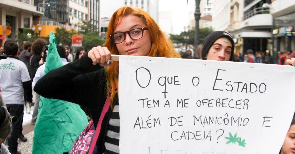 31.mai.2015 - Jovem questiona políticas de Estado durante Marcha da Maconha neste domingo (31), em Curitiba. Cerca de 500 pessoas se concentraram na Boca Maldita e saíram até o palácio Iguaçu, sede do governo estadual, para pedir a legalização da droga