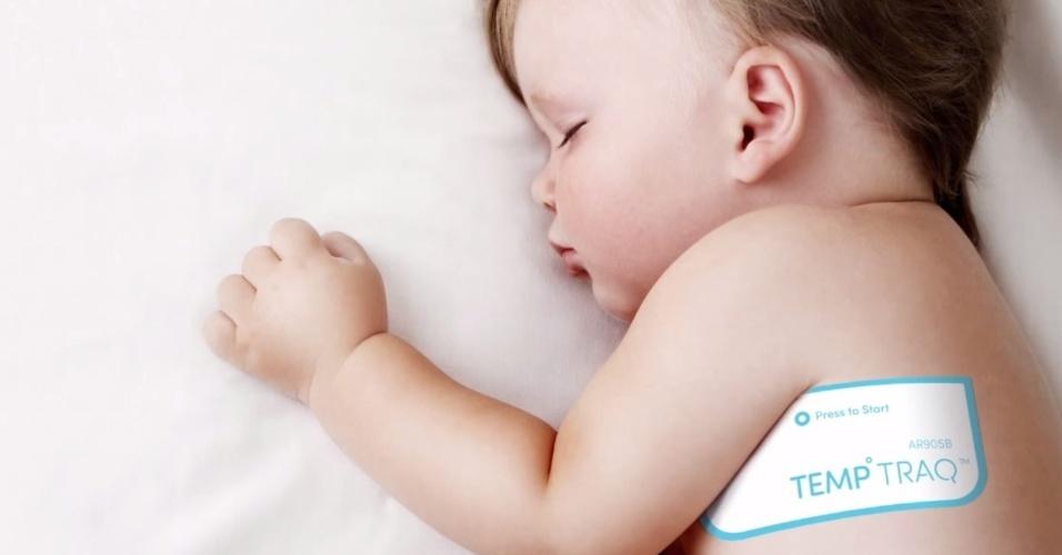1º.jun.2015 - A empresa Blue Spark desenvolveu um termômetro inteligente capaz de monitorar a temperatura da criança durante 24 horas sem a necessidade de incomodá-la. O TempTraq nada mais é que um adesivo que usa a tecnologia Bluetooth para enviar todas as informações para um dispositivo Android ou iOS.  Além de emitir alertas quando a temperatura estiver acima do normal, também informa os horários da hora dos pequenos comerem e tomarem remédio. O aparelho custa US$ 25