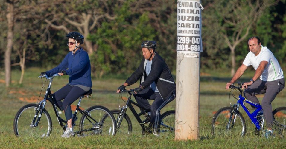 1º.jun.2015 - A presidente Dilma Rousseff passeia de bicicleta, acompanhada de dois seguranças, pelas vias próximas ao Palácio da Alvorada em Brasília (DF)