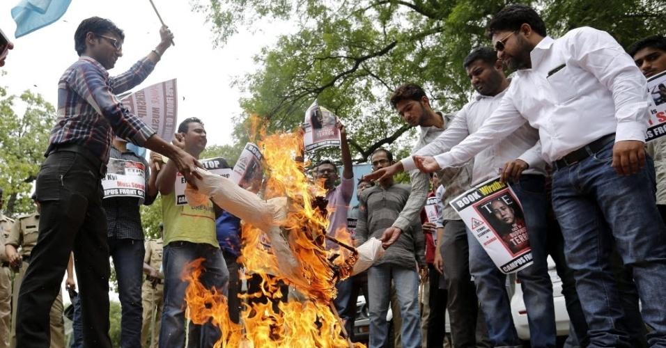 1º.jun.2015 - Ativistas queimam uma efígie representando Ashin Wirathu, líder espiritual de um movimento budista antimuçulmano, em protesto contra ataques à minoria muçulmana rohingya, em Nova Déli, na Índia, nesta segunda-feira (1º). Na semana passada, a Malásia relatou a descoberta de 139 sepulturas no norte do Estado de Perlis, na fronteira com a Tailândia. Autoridades acreditam que os restos humanos encontrados pertencem a vítimas de tráfico
