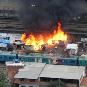 Barracos são atingidos por incêndio em Del Castilho, ao lado da linha férrea, na zona norte do Rio