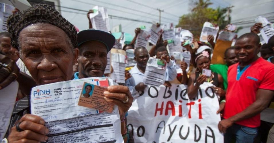 1º.jun.2015 - Centenas de trabalhadores de origem haitiana protestam em frente à embaixada do Haiti em Santo Domingo (República Dominicana), nesta segunda-feira (1º). Eles querem receber seus passaportes para integrar o plano de regularização de estrangeiros que se encerra em 17 de junho