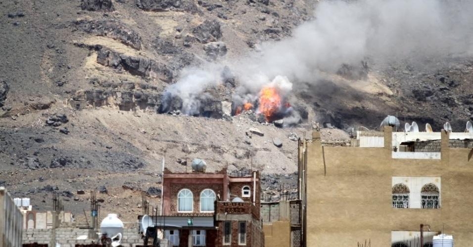 1º.jun.2015 - Coluna de fumaça surge após um ataque aéreo na montanha Noqum, na capital do Iêmen, Sanaa