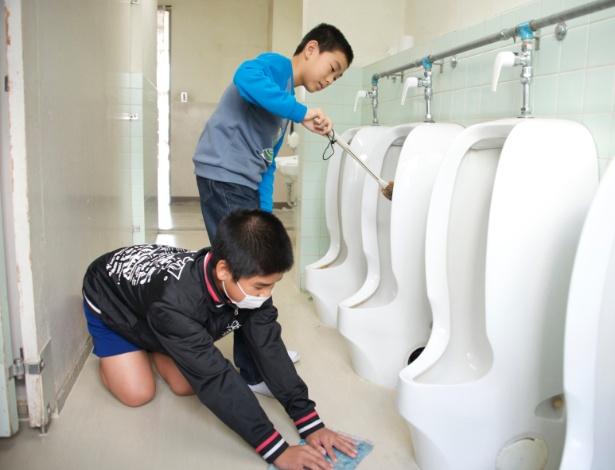 1º.jun.2015 - Crianças limpam o banheiro da escola após o horário do lanche na escola primária Dyonan da cidade de Okazaki, no Japão. No país, a limpeza é feita diariamente pelos alunos como parte da grade curricular. A partir dos 6 anos de idade, tudo que os alunos sujam tem que ser limpo por eles mesmos