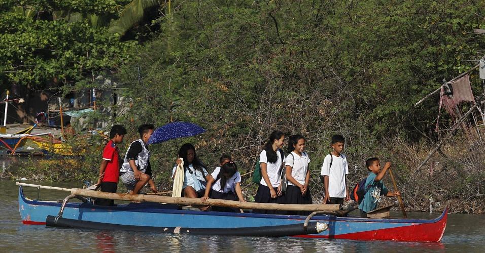 1.jun.2015 - Estudantes usam barco para ir à escola em Manila, Filipinas. Cerca de 24 milhões de alunos voltam às aulas nesta segunda