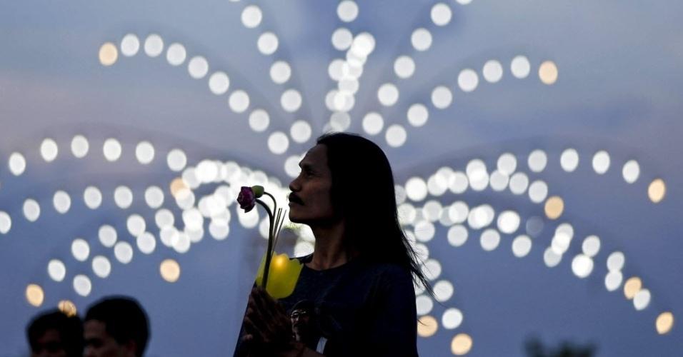 1º.jun.2015 - Fiel segura vela e reza durante cerimônia do dia de Vasak, uma celebração anual do nascimento, iluminação e morte de Buda, no parque Buddha Monthon em Nakon Pathom, na Tailândia