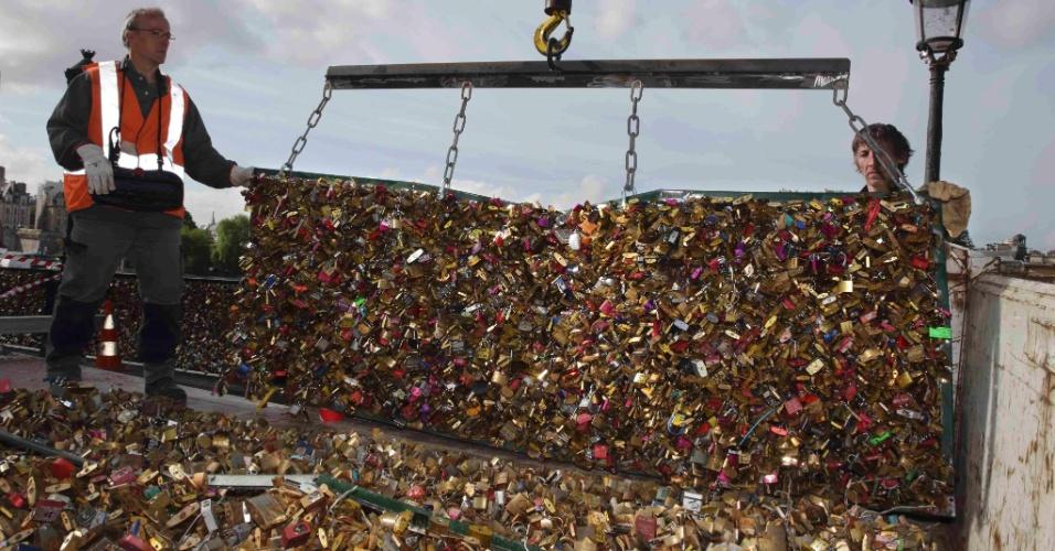 """1º.jun.2015 - Funcionários da prefeitura de Paris trabalham na remoção das grades de ponte da cidade coberta por """"cadeados do amor"""". Os objetos foram retirados da Pont des Arts, que ficará fechada até a próxima semana por conta da remoção das grades de proteção"""