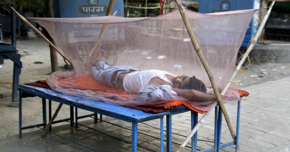 1º.jun.2015 - Homem dorme em cama improvisada com rede antimosquito em Allahabad, na Índia. A temperatura na cidade, localizada no Estado de Uttar Pradesh, deve chegar a 47ºC nesta segunda, de acordo com o departamento de meteorologia indiano