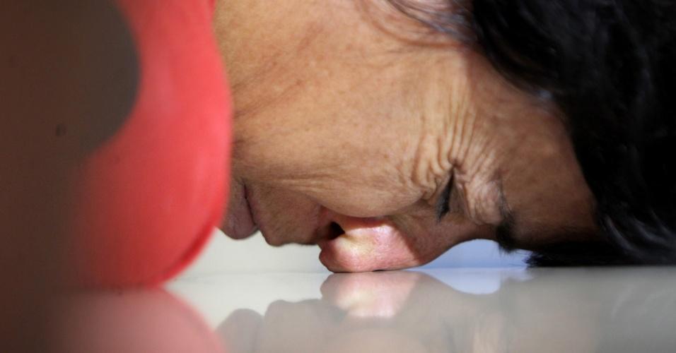 1º.jun.2015 - Ivonete Teixeira Portilho, 47, apoia o rosto em uma mesa ao ser apresentada à imprensa pela Polícia Civil, em Belo Horizonte. Ela é apontada como mandante do assassinato do próprio pai, Francisco Portilho, 69, crime ocorrido em 22 de junho de 2013, no bairro Aarão Reis, zona norte da capital mineira. De acordo com o inquérito, ela planejou a morte do pai porque queria ficar com a herança