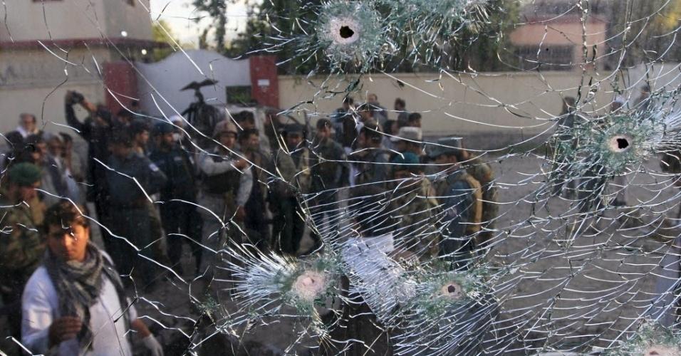 1º.jun.2015 - Janela de carro é danificada em um ataque suicida na sede da polícia em Jalalabad, no Afeganistão. Os militantes do Taleban atacaram o local após o atentado. Pelo menos nove policiais ficaram feridos, disseram autoridades