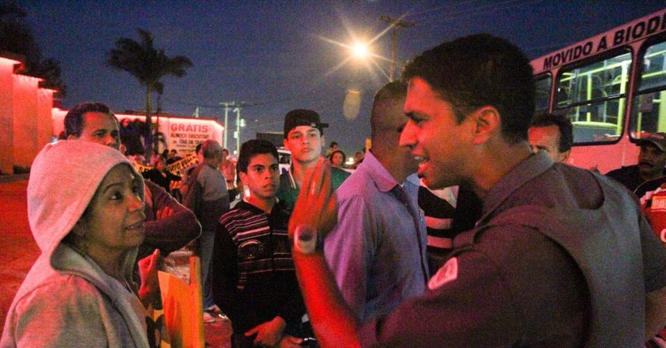 1º.jun.2015 - Moradores do bairro San Siego, em Campinas, no interior de São Paulo, bloquearam a rodovia Santos Dumont no início da noite desta segunda-feira (1º) para pedir a instalação de um posto de saúde