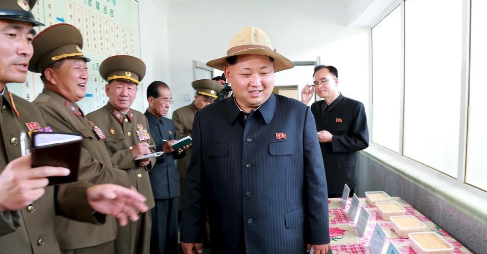 1º.jun.2015 - O líder norte-coreano Kim Jong-un visita a fazenda nº 1.116, sob administração da Unidade 810 do Exército, em Pyongyang, em foto com data não revelada e divulgada pela KCNA, a agência estatal da Coreia do Norte