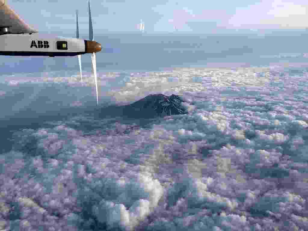 1º.jun.2015 - O Solar Impulse 2, avião movido a energia solar, sobrevoa região montanhosa de Nagano em direção a Nagoya, no Japão. Devido ao mau tempo, a aeronave foi forçada a aterrissar em Nagoya, à espera de melhores condições meteorológicas. O avião pretender dar a volta no planeta utilizando apenas energia solar - Andre Borschberg/AFP