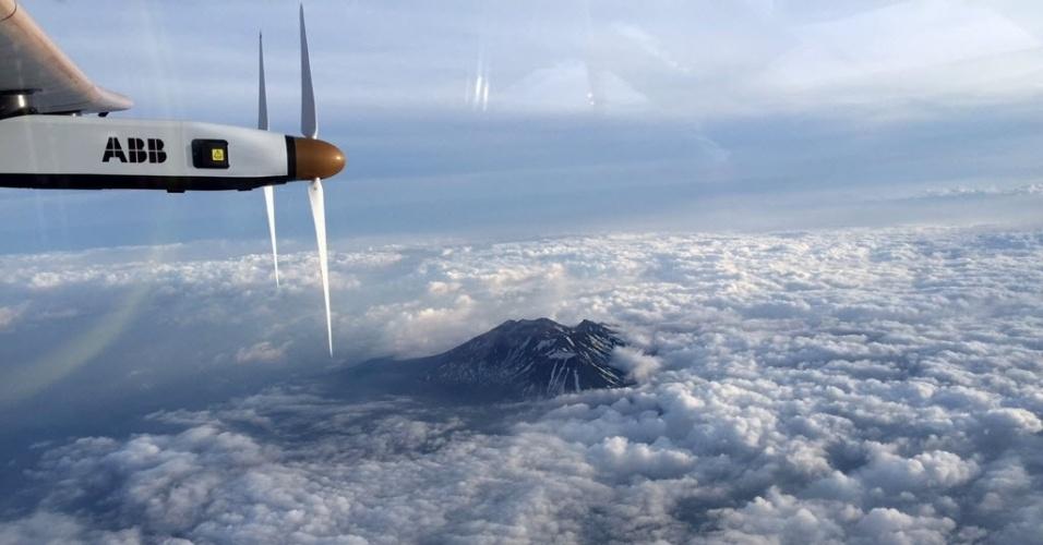 1º.jun.2015 - O Solar Impulse 2, avião movido a energia solar, sobrevoa região montanhosa de Nagano em direção a Nagoia, no Japão. Devido ao mau tempo, a aeronave foi forçada a aterrissar em Nagoia, à espera de melhores condições meteorológicas. O avião pretender dar a volta no planeta utilizando apenas energia solar