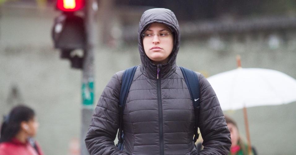 1º.jun.2015 - Pedestre enfrenta o frio e a garoa na avenida Maria Coelho Aguiar, no Jardim São Luís, na zona sul de São Paulo