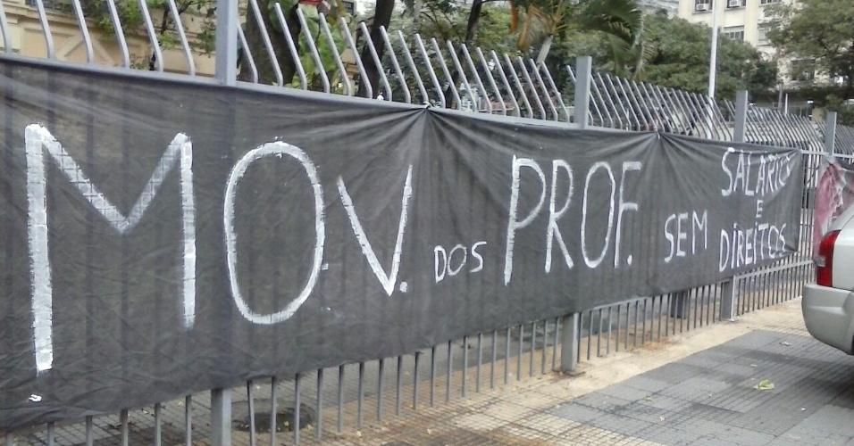 1º.jun.2015 - Professores em greve protestam em frente ao prédio da Secretaria da Educação, na praça da República, no centro de São Paulo. A imagem foi enviada pela internauta Danielle Agostinho via WhatsApp (11) 97500-1925