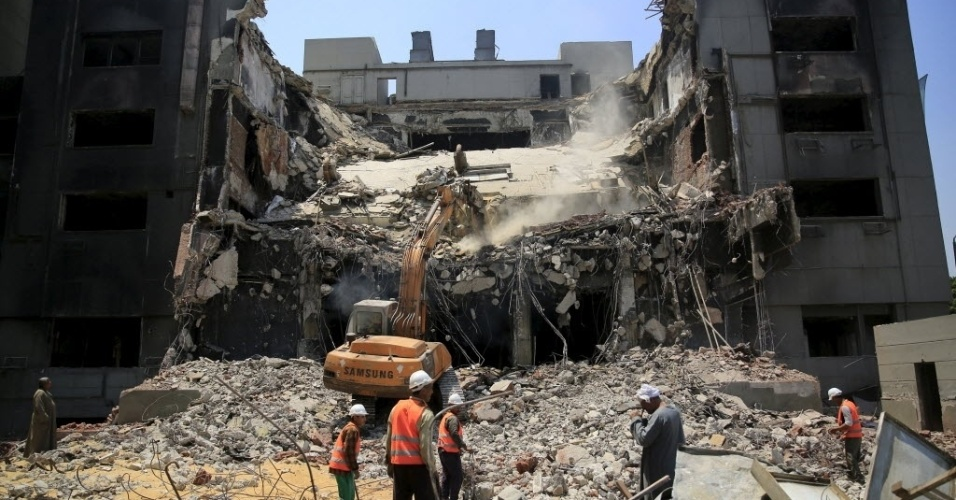 1º.jun.2015 - Trabalhadores demolem a sede do Partido Nacional Democrático, do ex-presidente egípcio Hosni Mubarak, no Cairo. O prédio, símbolo de décadas de um governo ditatorial, começou a ser demolido no domingo