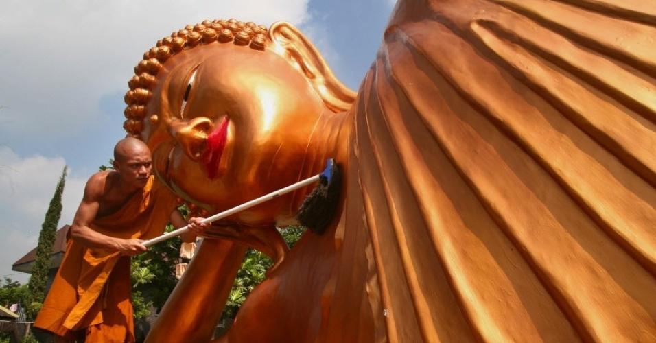 1º.jun.2015 - Um monge limpa uma enorme estátua de Buda em um templo budista em Malang, na véspera do aniversário de Buda celebrada na Indonésia em 2 de junho. Centenas de devotos budistas se reúnem no antigo templo de Borobudur. Eles são minoria em um país predominantemente islâmico