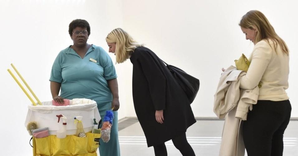 """1º.jun.2015 - Visitantes observam a escultura """"Queenie II"""", integrante da exposição do artista norte-americano já morto Duane Hanson na galeria Serpentine Sackler, em Londres. As esculturas realistas de Hanson retratam a classe trabalhadora dos EUA e estão reunidas na maior mostra de seu trabalho no Reino Unido desde 1997"""