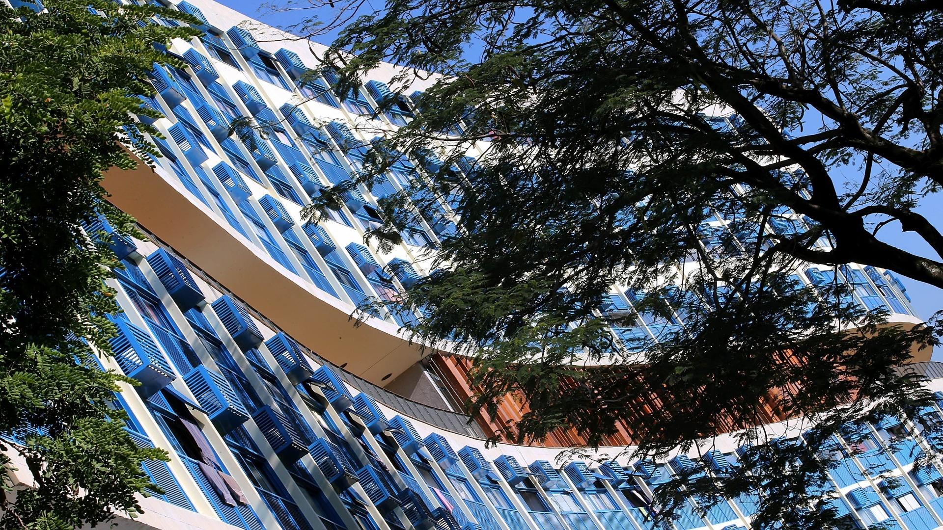 27.mai.2015 - As 580 janelas dos prédios, cujas estruturas eram de madeira, foram trocadas por outras de alumínio, seguindo os mesmo modelo arquitetônico do projeto original