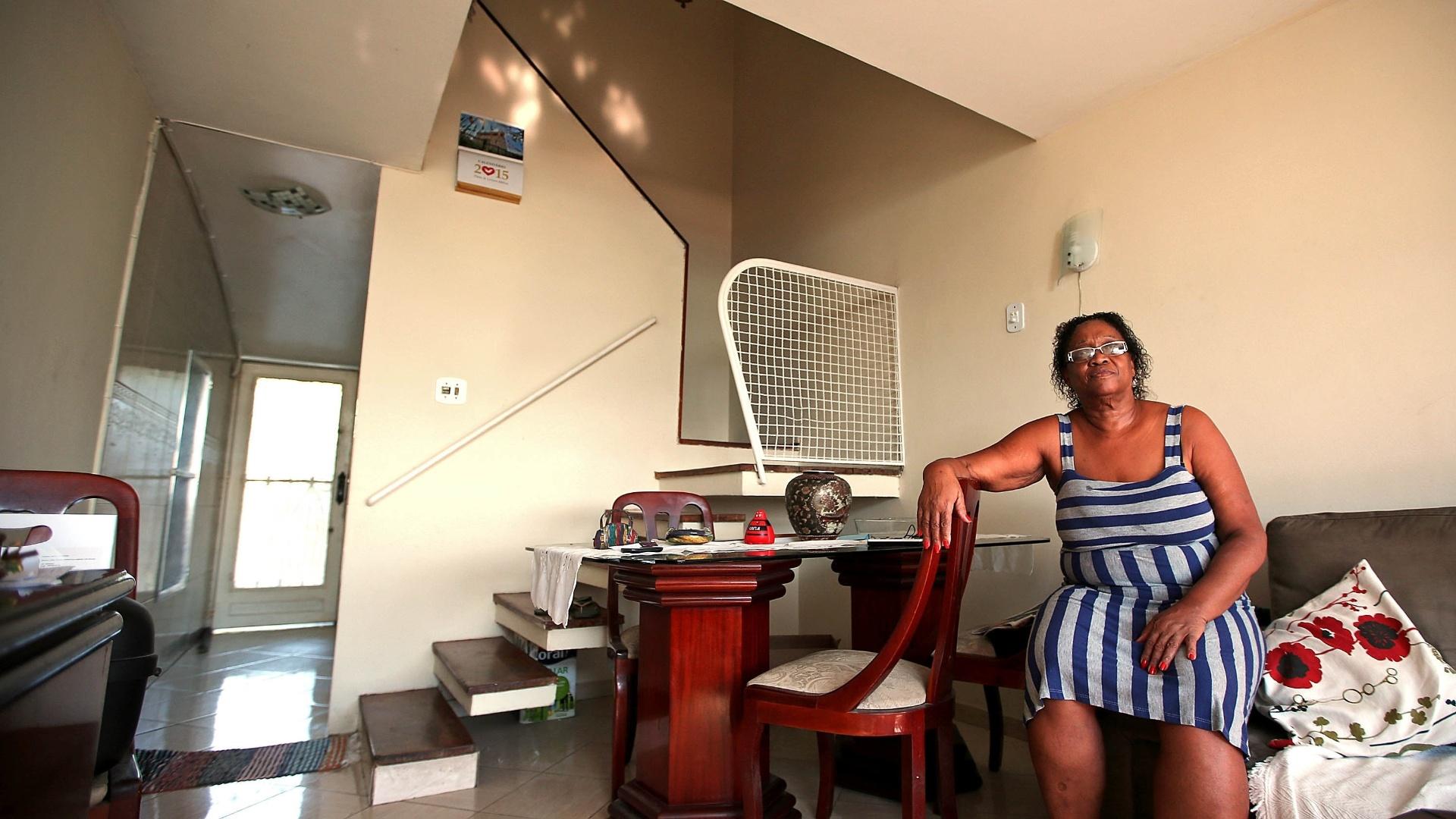 27.mai.2015 - A funcionária pública aposentada Deise Neves, 64, foi morar no conjunto Pedregulho com os pais e três irmãos em 1962. Hoje, mora sozinha em um duplex de dois quartos, mas já chegou a morar em outros dois apartamentos no prédio. A mãe, que tem 88 anos, mora no sexto andar, com duas filhas e duas netas
