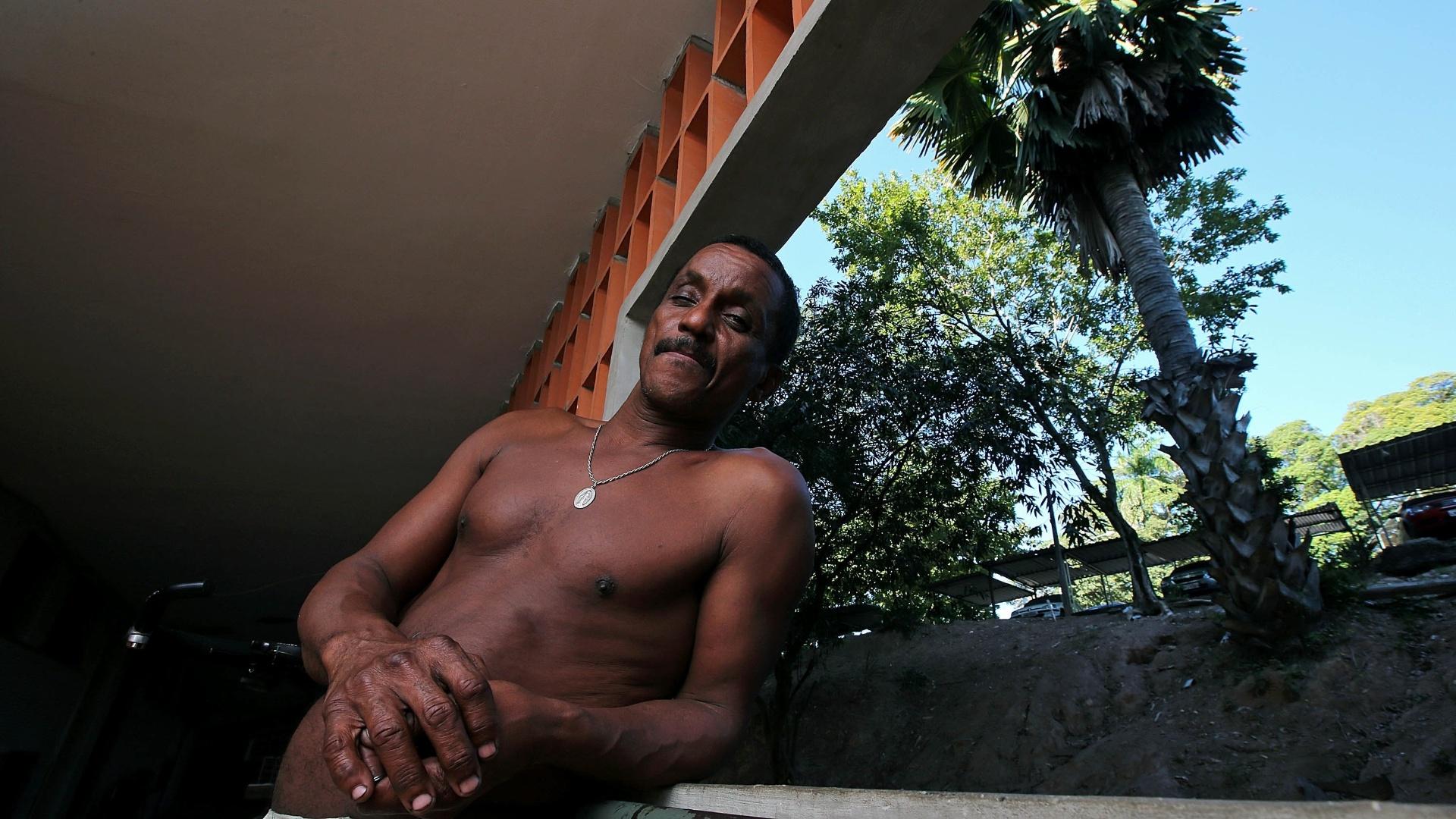 27.mai.2015 - O pintor de carros Carlos Soares, 49, mora em uma quitinete no primeiro andar do Pedregulho com o pai e um irmão. O pai, funcionário público aposentado, plantou uma palmeira imperial que chama a atenção na encosta em frente ao apartamento.